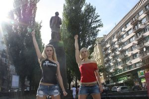 Ukraine takes down Lenin statues